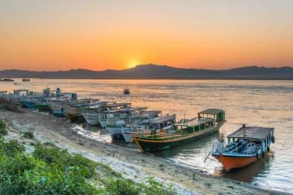 Sonnenuntergang am Irrawaddy Fluss. Wie lange diese Idylle noch so erhalten bleiben wird, hängt von der Regierung ab.