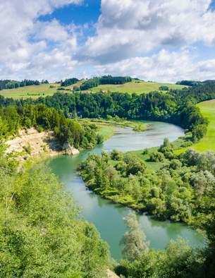 Die Iller - wichtige Quelle für die Erzeugung von Strom, oder naturnaher Fluss? Bald schon wird entschieden, ob die geplanten neuen Wasserkraftwerke an der Iller gebaut werden dürfen.