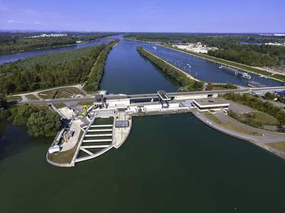 Das Rheinkraftwerk Iffezheim ist das größte Laufkraftwerk Deutschlands und versorgt rund 250.000 Haushalte mit Strom. Im Jahr 2013 ging die fünfte Turbine in den Betrieb.
