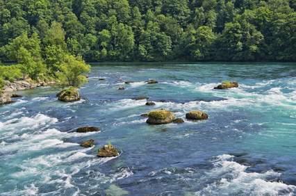 Wasser hat auch Kraft in flachen Flüssen, aber die Energiegewinnung stellt sich dort immer als recht schwierig dar. Eine neue Turbine soll auch in flachen Flüssen mit niedriger Fließgeschwindigkeit Strom erzeugen.