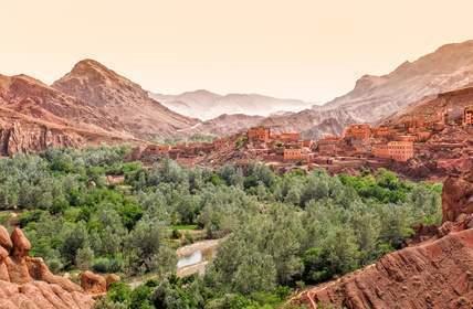 In der Region Ouarzazate in Marokko entsteht zur Zeit der größte Solarkraft-Komplex der ganzen Welt. Mehr als 2 Millionen Marokkaner sollen damit im Jahr 2018 mit Strom versorgt werden.